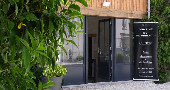 Salle de dégustation du Domaine du Puy Rigault, vignoble en AOP Chinon à Savigny-en-Véron.