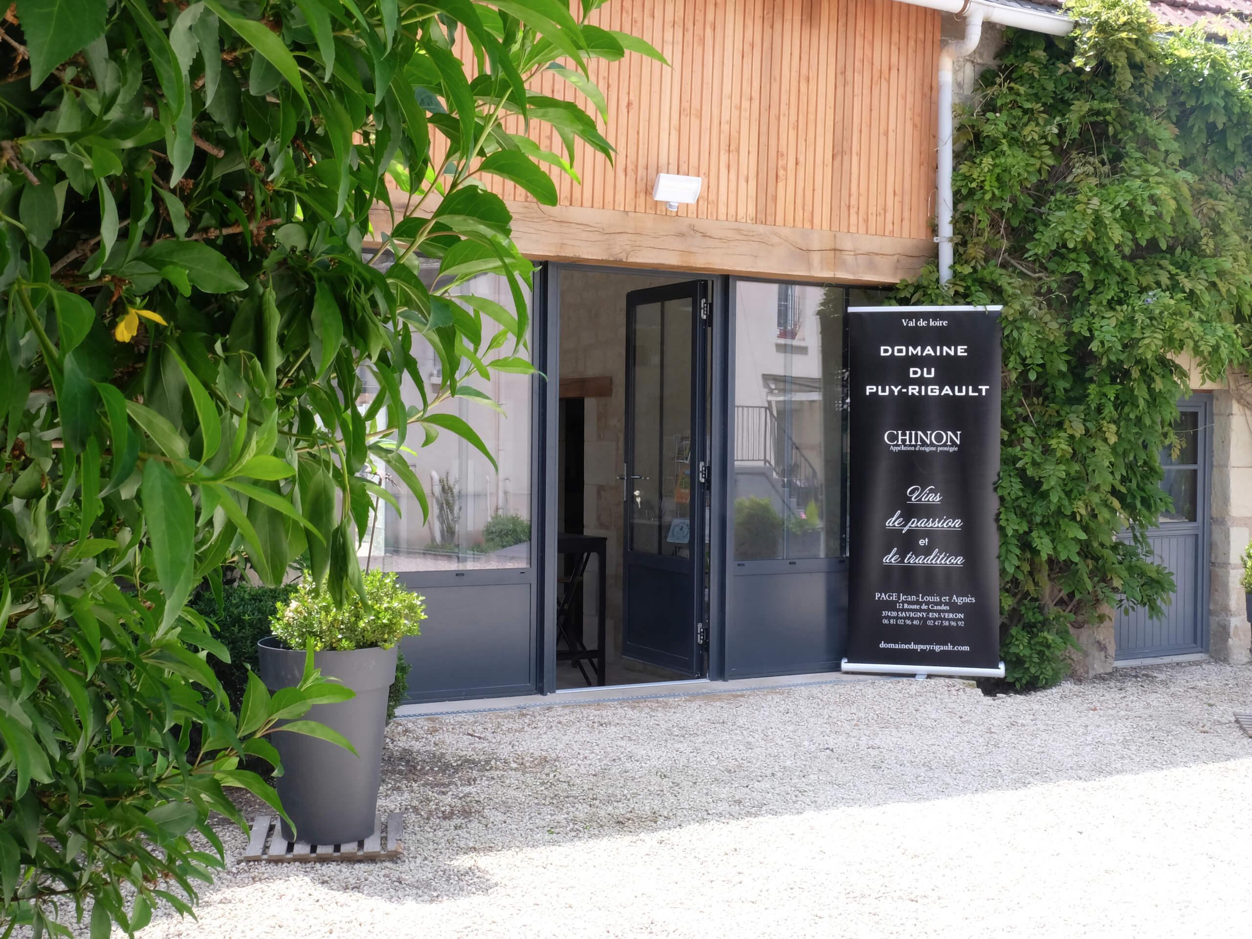 Salle de dégustation à Savigny-en-Véron du domaine du Puy Rigault, vignobles en AOP Chinon.