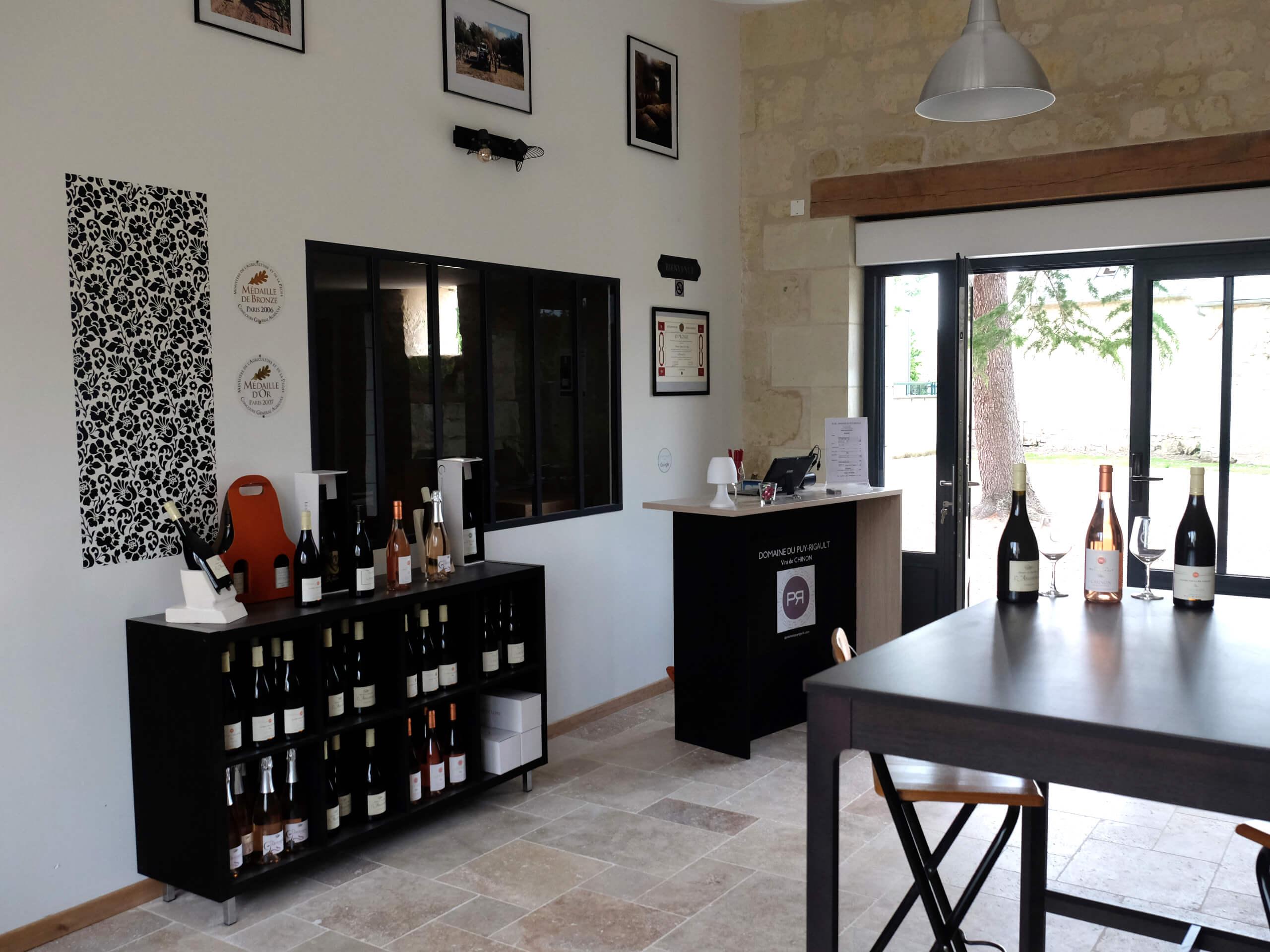 Salle de dégustation à Savigny-en-Véron du domaine du Puy Rigault, vignobles en AOC Chinon.